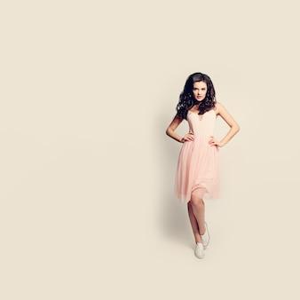 Mode mädchen. hübsche frau, die auf hintergrund steht