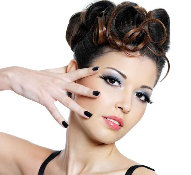 Mode-maniküre und helles make-up für junge schöne frau