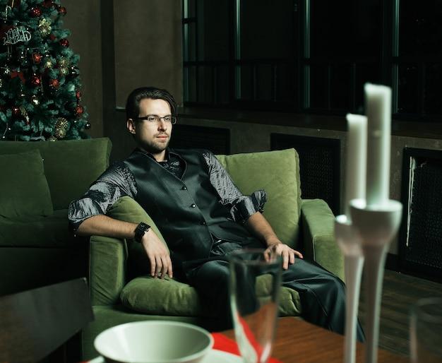 Mode-mann in modernem luxus-interieur, cristmass-zeit.