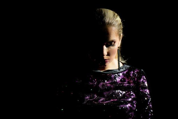 Mode-modell im lichtstrahl in der dunkelheit.