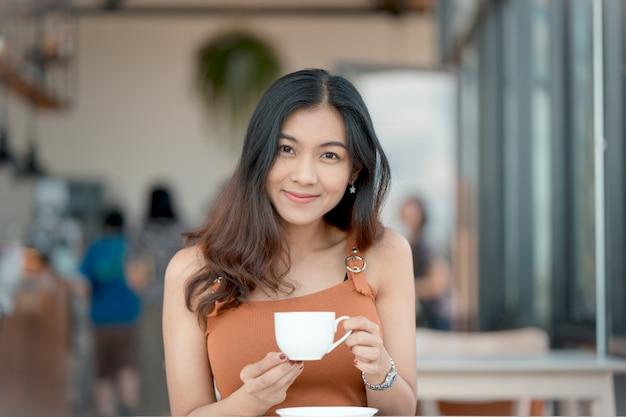 Mode-modell in der kaffeestube. schöne sexy frau