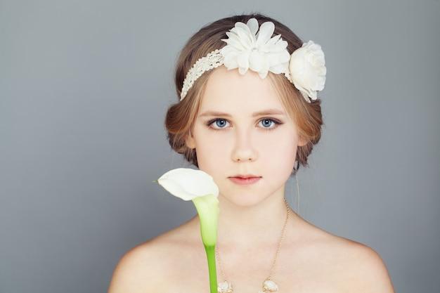 Mode-modell mädchen. modisches teenager-mädchen, das ein trägerloses prinzessin-abschlussballkleid und eine böhmische boho-chic-frisur trägt