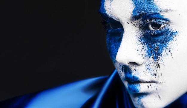 Mode-modell-mädchenporträt mit buntem puder-make-up