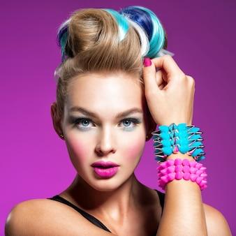 Mode-modell mit hellem make-up und kreativer frisur frau mit mode-make-up nahaufnahmeporträt