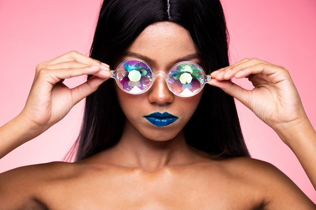Mode-modell woman wear kaleidoscope glasses