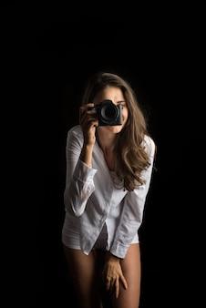 Mode-porträt des fotografen der jungen frau mit kamera