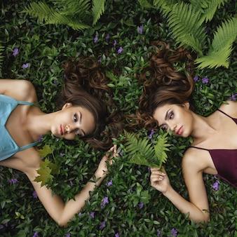 Mode-porträt-foto von zwei frauen auf natur
