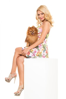 Mode. schöne blondine mit hund