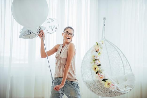 Mode schöne frau mit luftballons. mädchen posiert.
