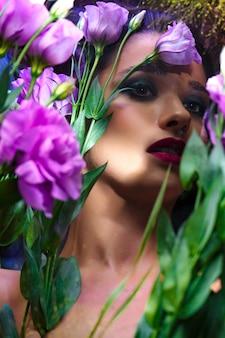 Mode schönes mädchen mit hellem make-up unter eustomas.