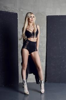 Mode sexy blonde schwarze unterwäsche perfekte figur