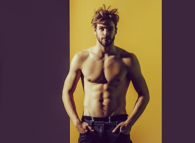 Mode sexy junger bärtiger mann mit nacktem muskulösem torso