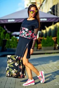 Mode stilvolle schöne junge brünette frau modell im sommer hipster bunte freizeitkleidung posiert auf straßenhintergrund