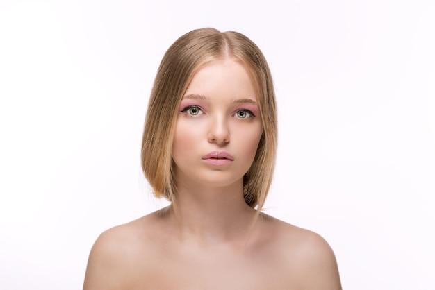 Mode stilvolles schönheitsporträt mit weißen kurzen haaren schöne mädchen gesicht nahaufnahme haarschnitt frisur fransen professionelle make-up make-up mode stil frau isoliert auf einem weißen raum