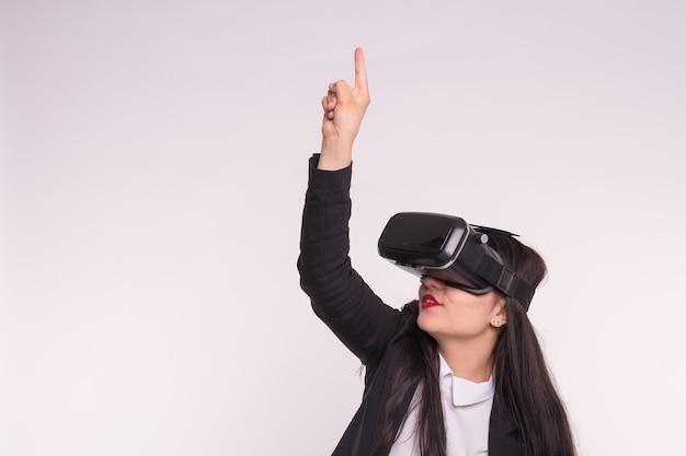 Mode, technologien, personenkonzept - asiatische frau, die spiel in der brille der virtuellen realität spielt