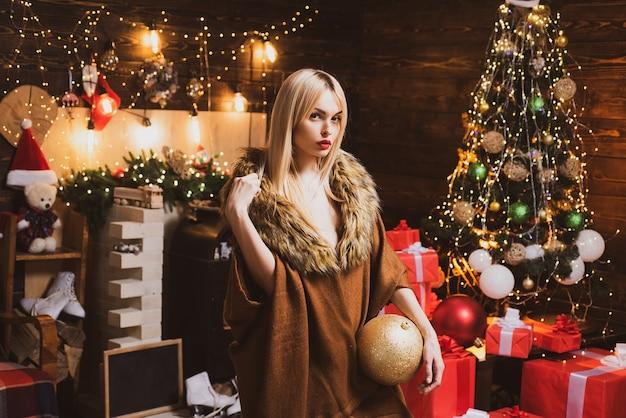 Mode- und beauty-make-up für weihnachten. sinnliches weihnachtsmädchen. weihnachts- und neujahrsferien. frohe weihnachten und schöne feiertage.