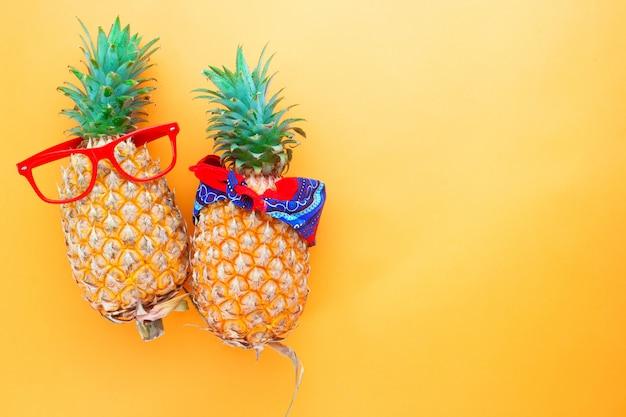 Mode und verzierte ananas, sommerferienkonzept
