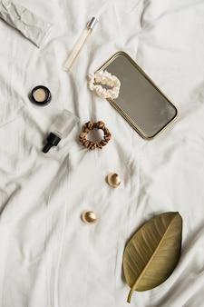 Mode weibliche accessoires und kosmetik auf weißem leinen