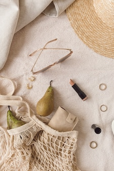 Mode weibliche bijouterie und accessoire komposition. schönheit, lifestyle, lässige collage auf neutral. flache lage, draufsicht