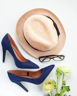 Modeaccessoires und blaue schuhe mit hohen absätzen für mädchen und frauen. urbane modetrends