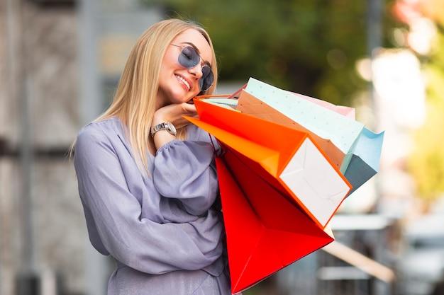 Modebewusste frau freut sich über den einkauf, den sie getätigt hat