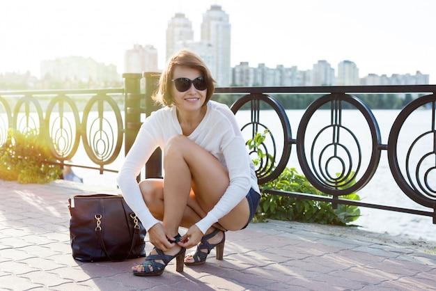 Modebewusste frau in schuhen und mit tasche