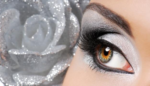 Modebild des frauenauges mit zeremoniellem make-up.