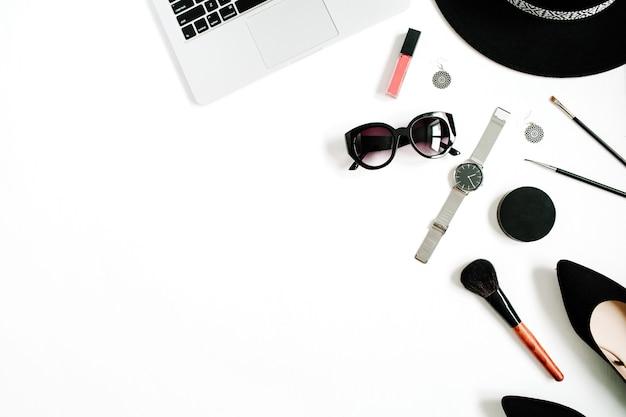 Modeblogger-schreibtisch mit laptop und stilvoller frauenzubehörkollektion auf weiß
