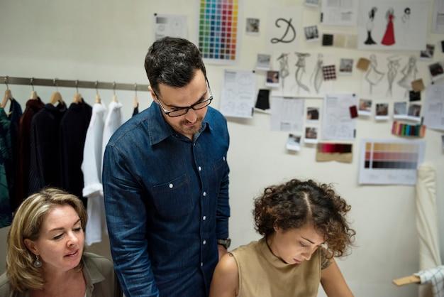 Modedesigner arbeiten an ihrem projekt