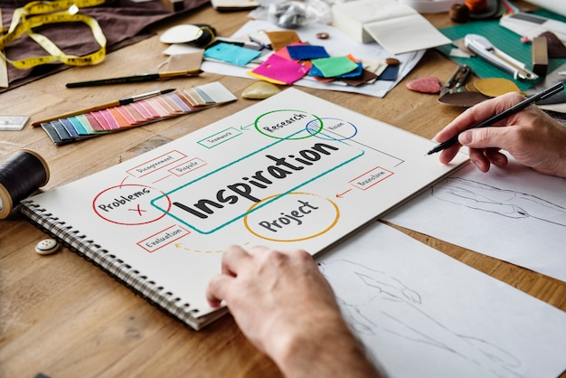 Modedesigner, der an einem design arbeitet