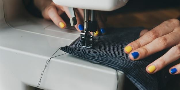 Modedesigner, der maßgeschneidertes konzept schneidet