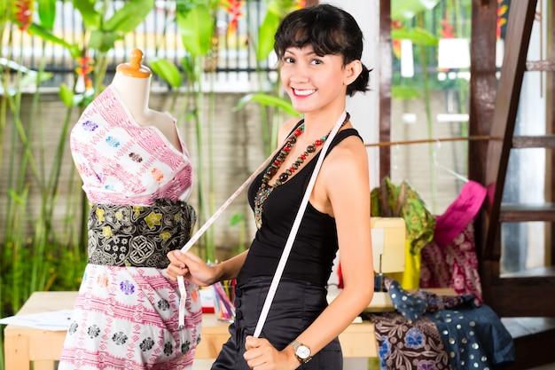 Modedesigner, der zu hause arbeitet