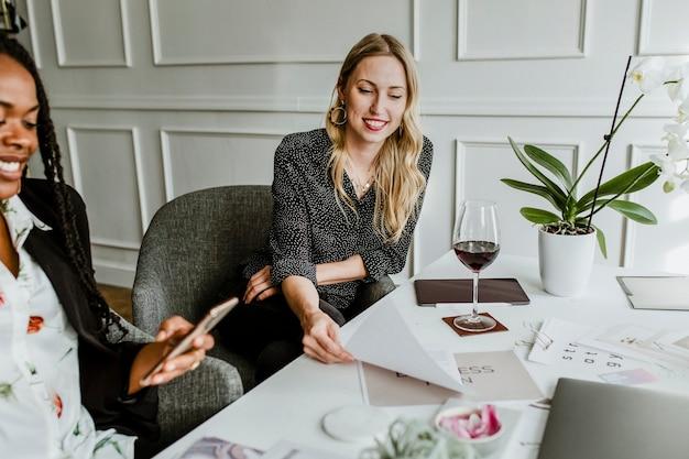 Modedesigner in einem meeting
