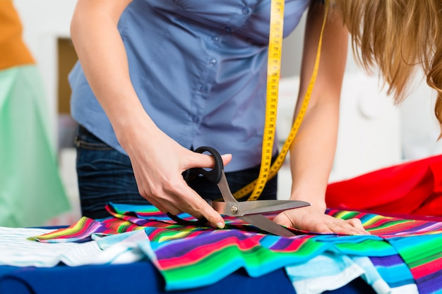 Modedesigner oder schneider, die im studio arbeiten