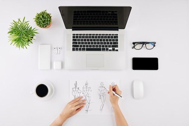 Modedesigner zeichnen skizzen