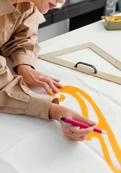 Modedesignerin arbeitet alleine in ihrer werkstatt