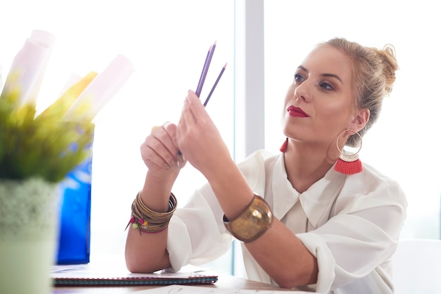 Modedesignerin hat ihre bleistifte angespitzt