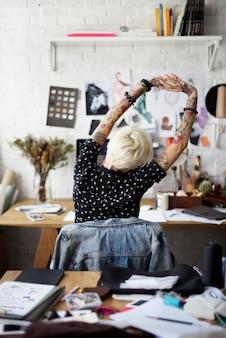 Modedesignerin in ihrem studio