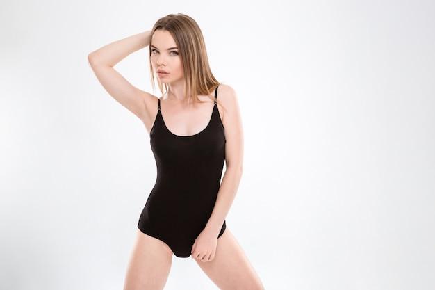 Modefoto der schönen jungen dame, die im badeanzug posiert
