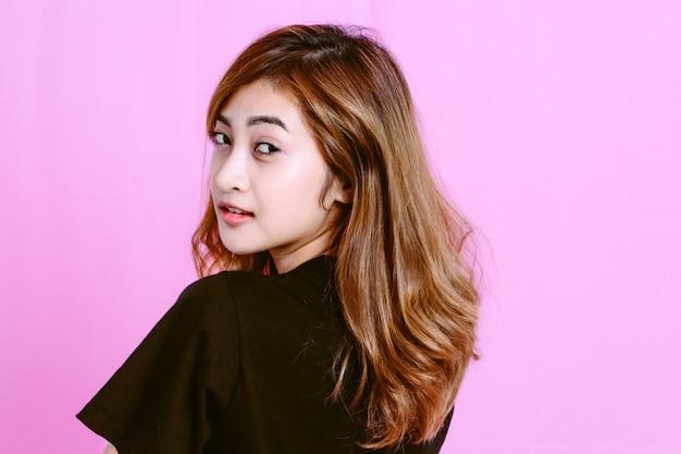 Modefoto des jungen mädchens auf rosa hintergrund
