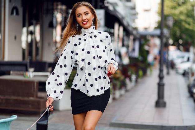 Modefoto des sexy schönen modells mit im trendigen outfit. rote sonnenbrille, ledertasche