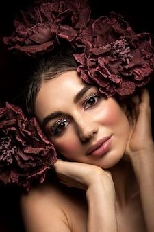 Modefoto im freien der schönen jungen frau