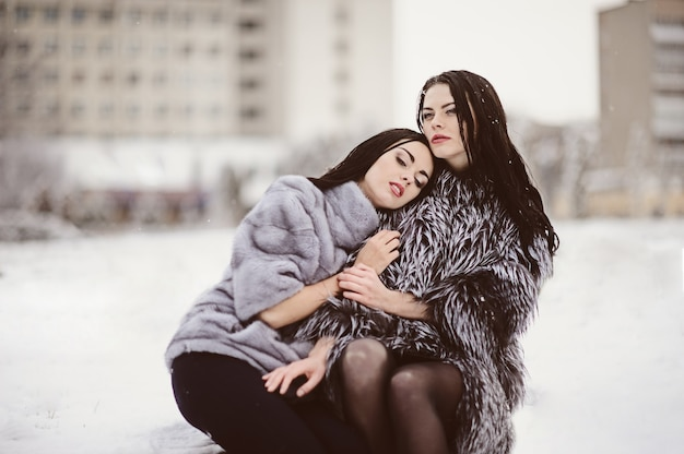Modefoto von jungen frauen in der winterlandschaft
