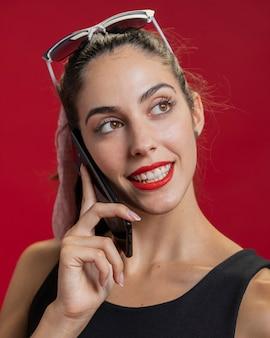 Modefrau, die am telefon spricht