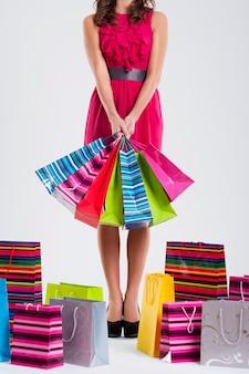 Modefrau, die einkaufstaschen hält