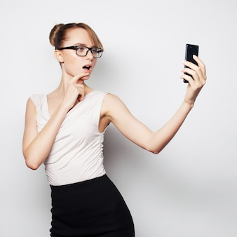 Modefrau, die foto selfie mit smartphone macht