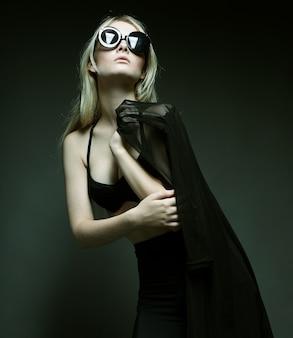 Modefrau, die in der schwarzen wäsche aufwirft