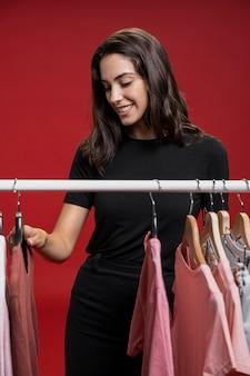 Modefrau, die nach neuer kleidung sucht