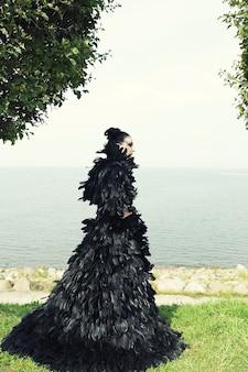 Modefrau, die nahe dem meer aufwirft