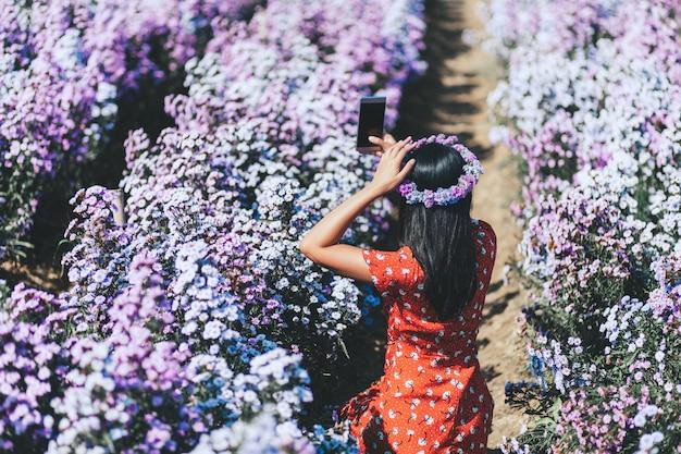 Modefrau im blumengarten